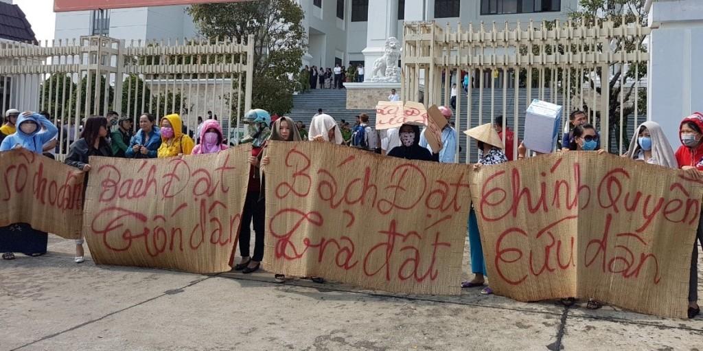 Người dân bức xúc phản đối thái độ coi thường luật pháp của lãnh đạo Công ty Bách Đạt An ngay trước trụ sở Tòa án nhân dân TP Đà Nẵng