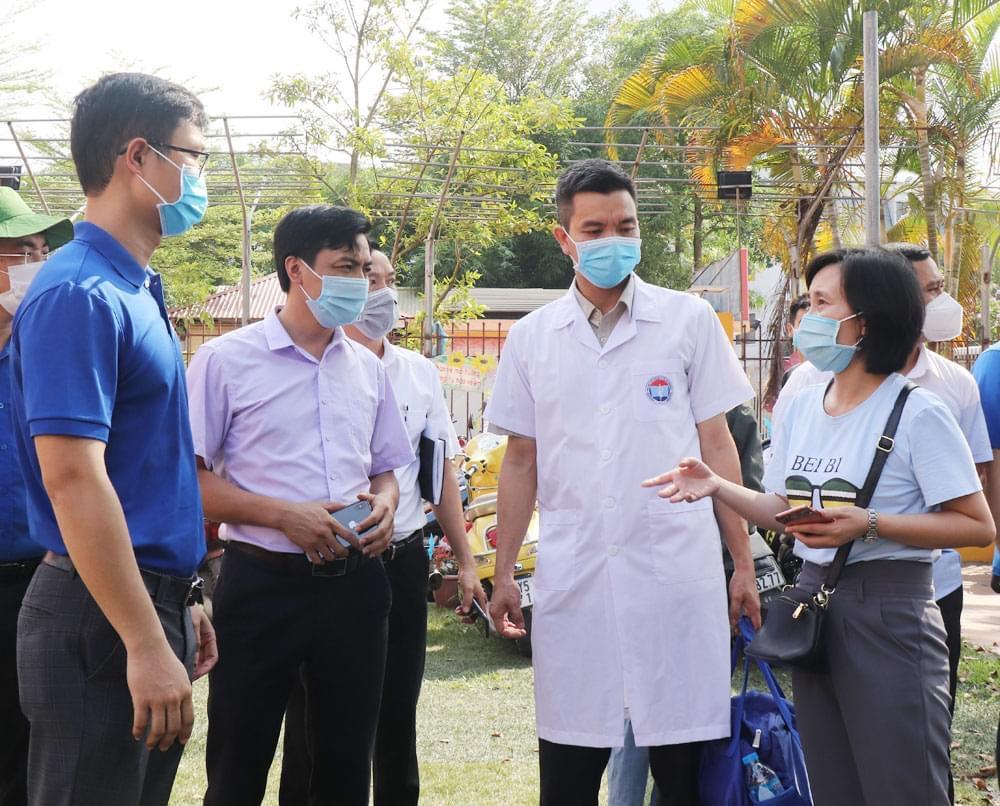 Đại diện Văn phòng UBND tỉnh, Tỉnh đoàn Bắc Giang đón đoàn tình nguyện.