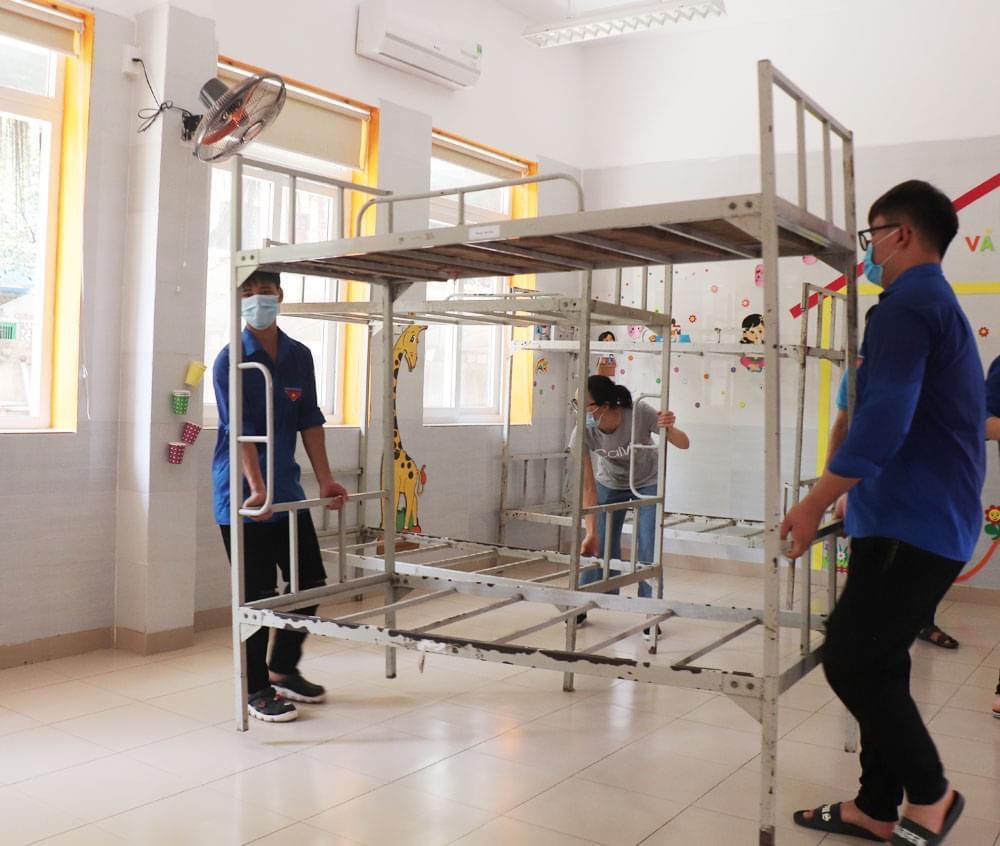 Đoàn viên thanh niên trên địa bàn TP Bắc Giang chuẩn bị phòng nghỉ cho đoàn tình nguyện.